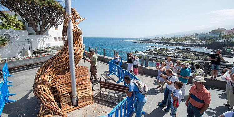 Escultura madera paseo maritimo - mueca